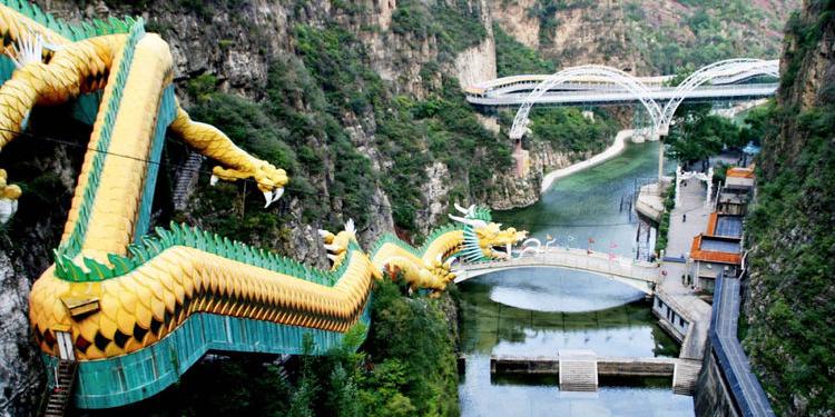 Como é a escada rolante que fica dentro de um dragão?